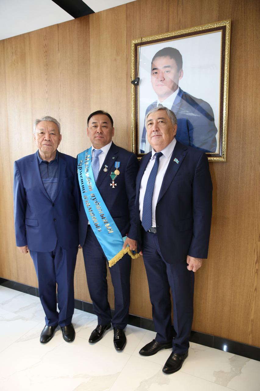Награждение Ибрагима Шияповича нагрудным знаком «Почетный гражданин Махамбетского района»