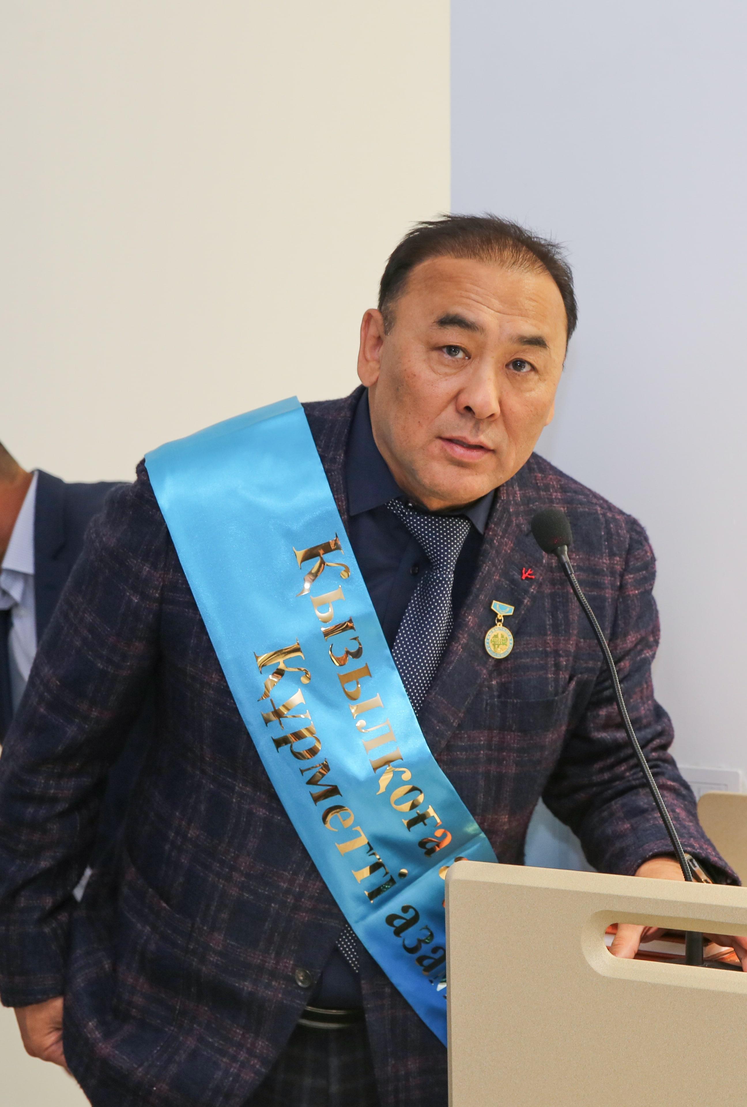 Награждение Ибрагима Акдрашева нагрудным знаком «Почетный гражданин Кызылкогинского района»